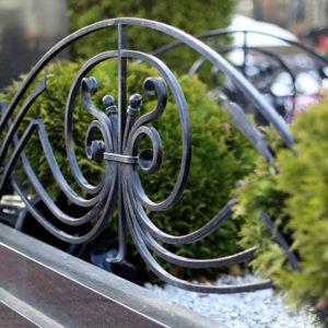 Преимущества и недостатки кованных оград на могилу